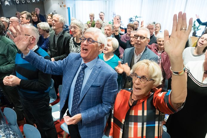 Een kerkdienst in pre-coronatijd. De aangekondigde versoepelingen, laten het weer toe om zachtjes te zingen.