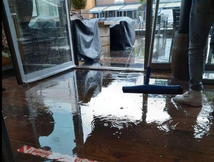 Overstroming bij grandcafé de Zaak in Alphen.