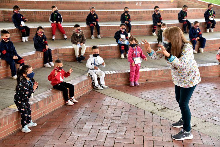 Kleuters op school houden afstand in de Colombiaanse hoofdstad Bogotá. Beeld Getty Images