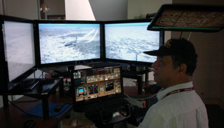 Zaharie Shah in zijn zelfgebouwde vluchtsimulator bij hem thuis Beeld Facebook