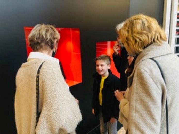 Danser Sepp van Ochten met zijn oma's bij zijn video in het Led Light District in de Heuvel in Eindhoven.