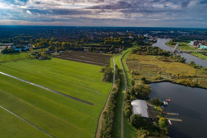 In het gebied Dijklanden komt de geothermie-installatie. Rechts de wijk Stadshagen, op de achtergrond Holtenbroek en links Aa-landen.