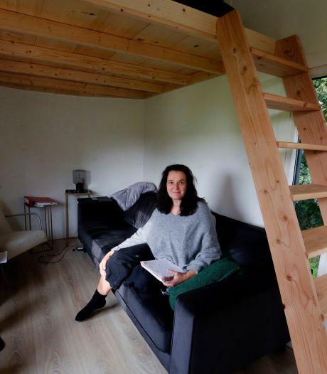 Petra ging van een rijtjeshuis naar een Tiny House midden in de natuur: 'Ik leef nu meer buiten'