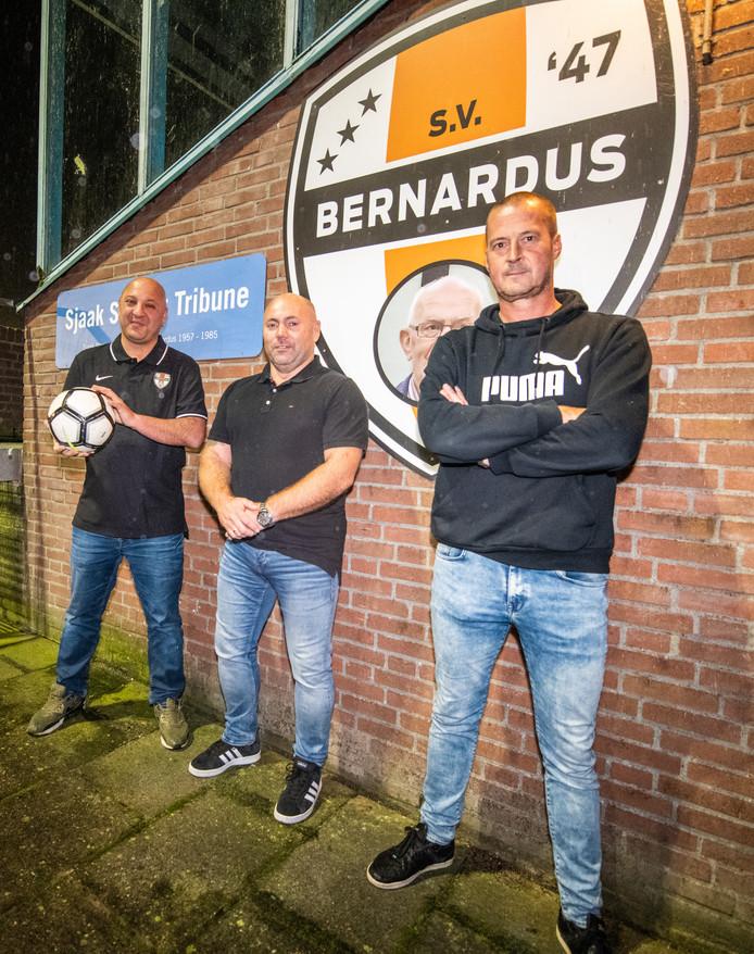Bij voetbalvereniging Bernardus is er een gebrek aan bestuurlijke vrijwilligers. Ralph Wesseling, Dick Straathof en Norbert Jansen (rechts) draaien met zijn drieën de vereniging van 650 leden.