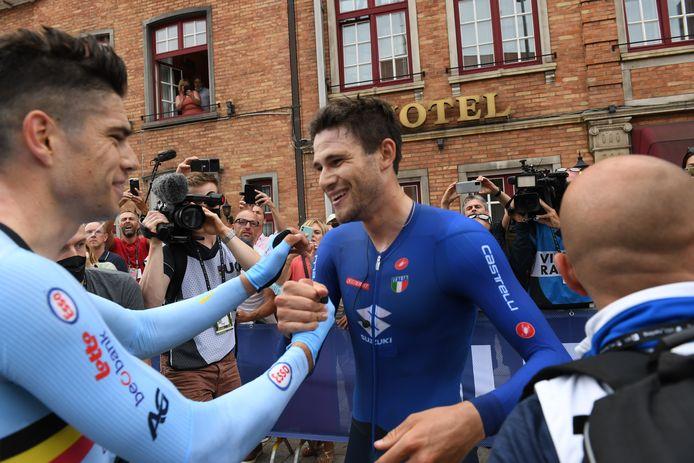 Filippo Ganna (r) wordt vlak na de finish gefeliciteerd door Wout van Aert.