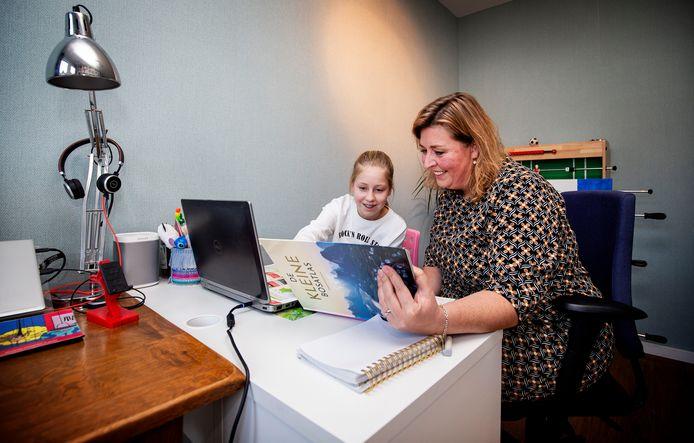 Haagse Anouk (11) is één van de honderdduizenden scholieren die sinds vorige maand thuisonderwijs krijgen. Omdat Anouks resultaten tijdens de eerste lockdown toch wat achteruitgingen werkt ze nu in dezelfde kamer als haar moeder Alice Drabbe.