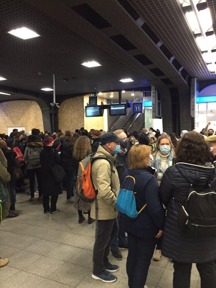 Les passagers devaient attendre le dernier moment avant d'accéder aux quais