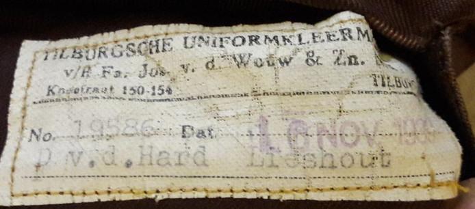 Het etiket in het uniform van Dirk van der Hart