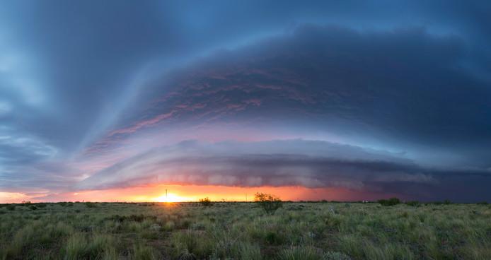 """22 mei, Kermit (Texas): ,,Aanstaande onweersbui met een pracht van een shelf cloud die door de op dat moment ondergaande zon wordt belicht."""""""