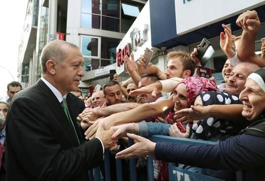 President Recep Tayyip Erdogan schudt handen met de aanhangers in Trabzon, Turkije.