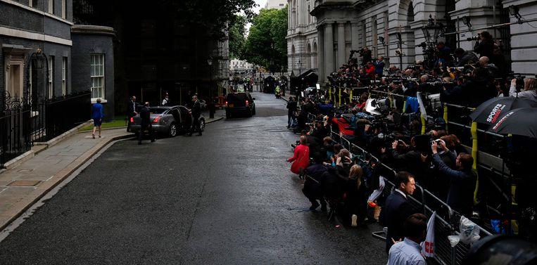 Theresa May verlaat Downing Street 10 voor haar bezoek aan de Queen. Beeld AFP