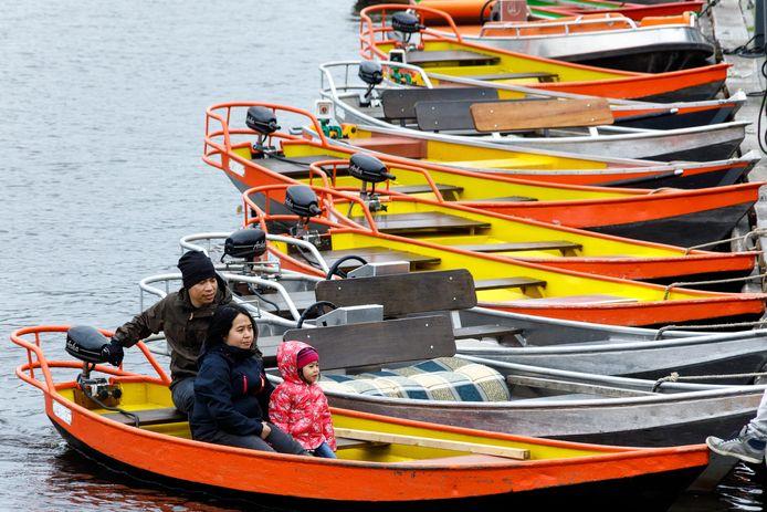 Touristen uit Azië huren een bootje in Giethoorn.