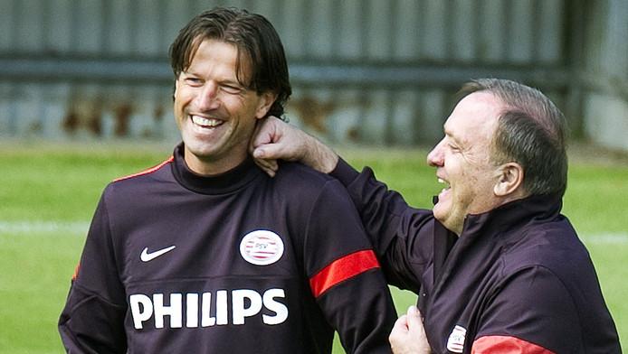 Ernest Faber in een onderonsje met PSV-trainer Dick Advocaat.