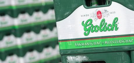 Het gras van park Zypendaal heeft het veld moeten ruimen voor kunst: heel veel lege kratjes Grolsch