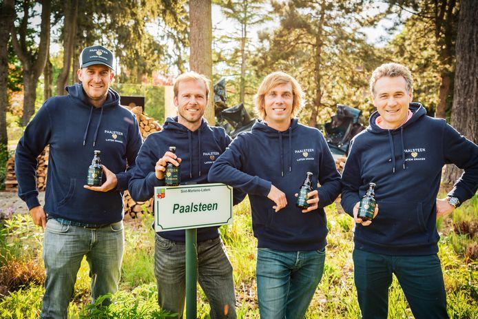 Bram De Pauw, Pierre Depuydt, David Van Grembergen en Geert Mertens met een flesje Paalsteen.
