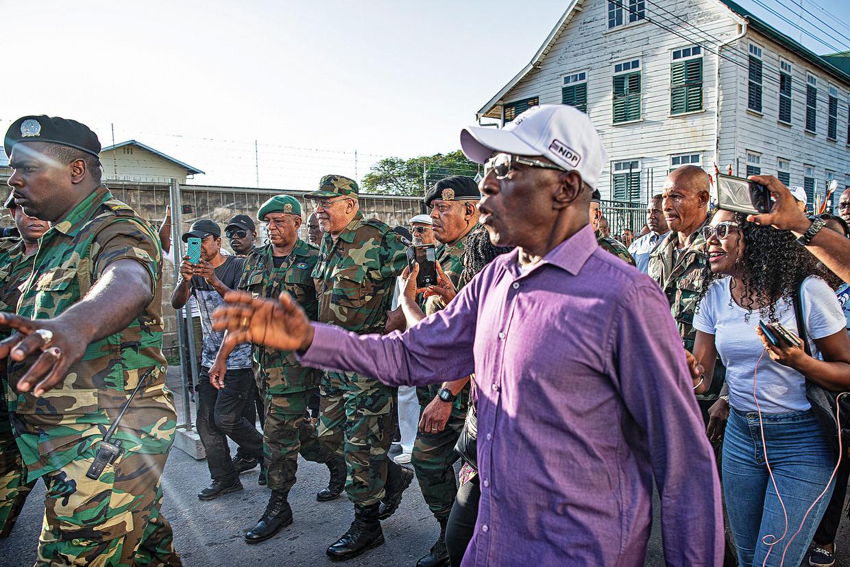 President Desi Bouterse loopt naar het gerechtsgebouw. In januari moest hij verschijnen voor de Krijgsraad die de verdachten van de Decembermoorden berecht. Beeld Guus Dubbelman / de Volkskrant