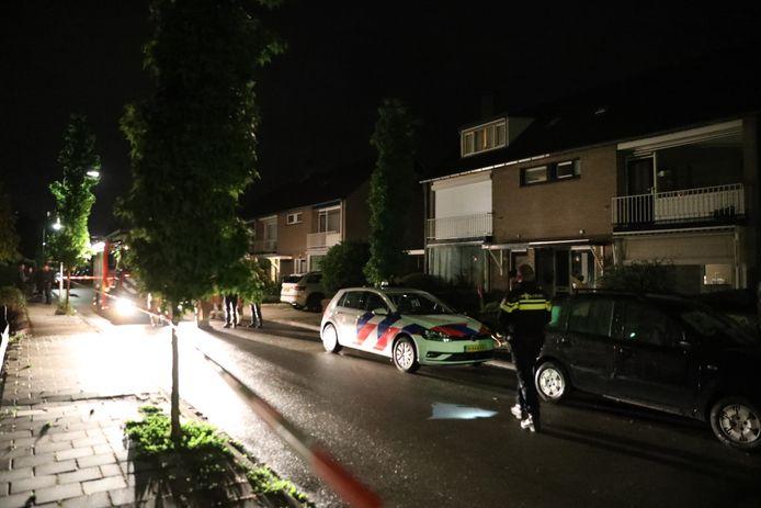 De politie doet onderzoek na de vondst van een overleden man in Velp.
