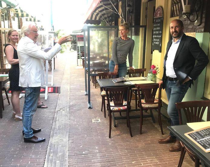 Marcouch op bezoek bij de uitbaatsters van De Bok en De Smidse in de Duizelsteeg. De burgemeester deed er ook een drankje: een glas ijskoud kraanwater.