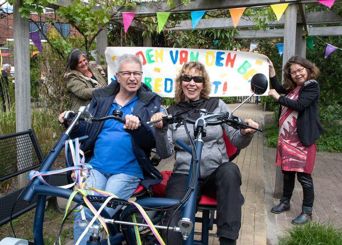 Marjan Leeuwenburg (met zonnebril) op de nieuwe duofiets samen met bewoner Reico.