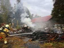 Felle brand achter woning in Geffen snel onder controle