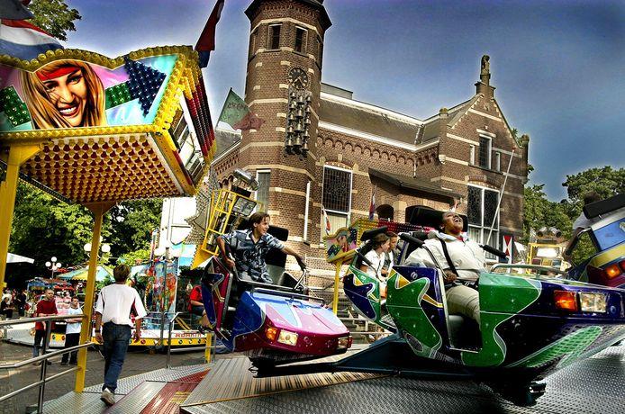 Kermis in Oisterwijk, met het raadhuis als decor.