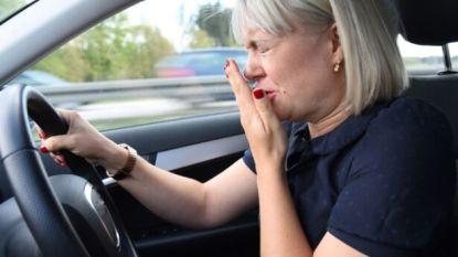 Vrouw moet niezen en rijdt woonkamer van huis binnen