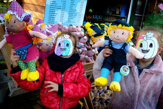 Om in de herfstsferen te komen: ga op paddenstoelentocht op Avonturenboerderij Molenwaard. En loop dan - net als deze meiden - met pompoenmasker en al door het park heen.
