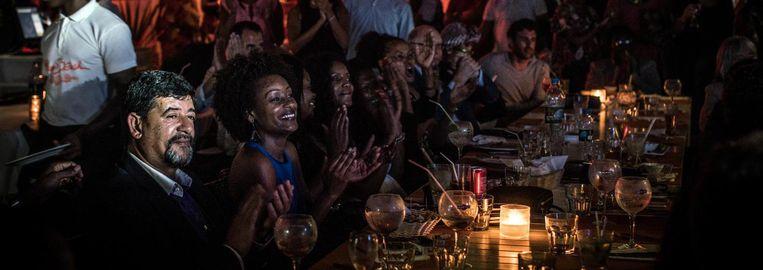 Bezoekers van een optreden in de Miami Beach Club in Luanda. De Club is eigendom van Isabel dos Santos, dochter van de president en 'Afrika's eerste vrouwelijke miljardair'. Beeld Getty Images
