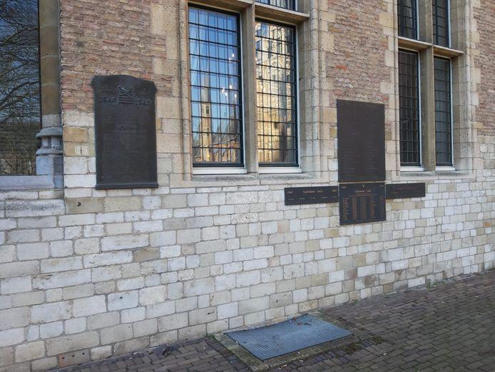De muur met de plaquettes op het Abdijplein waarop de oorlogsslachtoffers uit Middelburg staan.