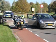 Fietser geschept door auto in Wierden en met onbekend letsel naar het ziekenhuis