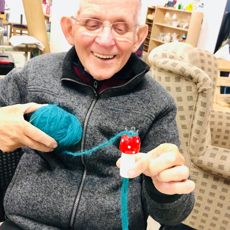 Jan (80), herenigd met zijn punnikklosje Beeld