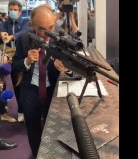 """""""Ça rigole plus hein"""": Eric Zemmour s'amuse à pointer des journalistes avec un fusil"""