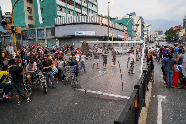 Mensen gaan de straat op om te protesteren tegen het gebrek aan water. Beeld EPA