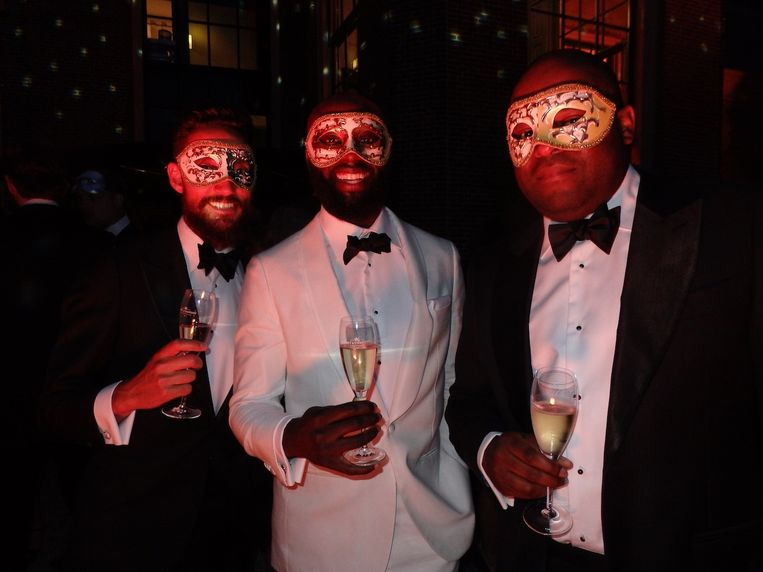 Addy Santvoort, Jefferson Muzo en Marcelino Playfair (vlnr), male bloggers van Hommes Equipe en één van de vele snoepjes van de avond. Beeld Schuim