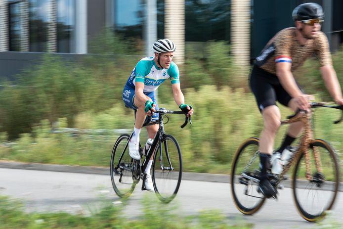 Cas Graafmans (l) in actie tijdens Wielerweekend Gilze op bedrijvenpark Midden-Brabant Poort.