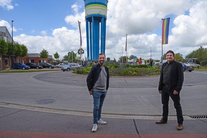 Christophe uit Blind Getrouwd kwam schepen Mike Torck vergezellen voor het hijsen van de regenboogvlag.