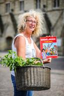 Toeristisch medewerker Greet toont het Suske en Wiske-album 'Jeanne Panne'.