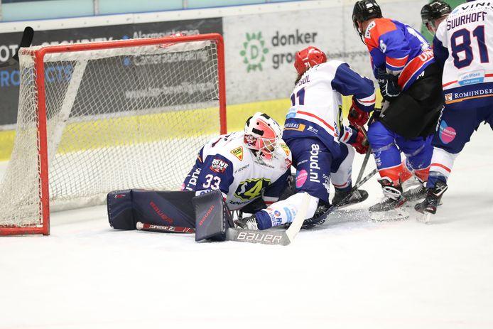 Deniz Mollen (links) in actie tijdens de verloren bekerfinale.