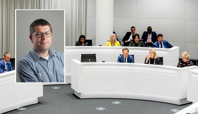 Hoofdbeeld: Het college van burgemeester en wethouders met twee lege stoelen tijdens een spoeddebat in de Haagse gemeenteraad over het corruptie-onderzoek naar de wethouders Richard de Mos en Rachid Guernaoui. Extra beeld: Chef van AD Haagsche Courant Axel Veldhuijzen
