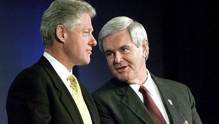 President Bill Clinton (links) en Republikein Newt Gingrich in 1998. Gingrich was een van de aanjagers van de mislukte jacht op Clinton. Beeld AFP/Getty Images