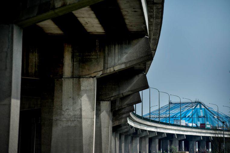 Het viaduct van Merksem, met op de achtergrond het Antwerpse Sportpaleis. Beeld Eric de Mildt