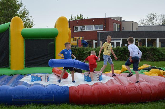 Er waren verschillende activiteiten voor de kinderen een Centrum De Kouter, zoals dit 'get m'off'-springkasteel.