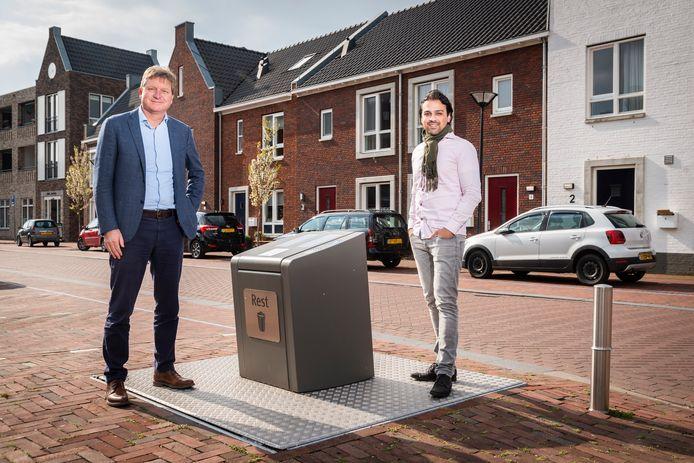 Wethouder Sander van 't Foort (rechts) poseert met ACV-directeur Harm Winkeler bij een inzamelpunt voor restafval in Renswoude.