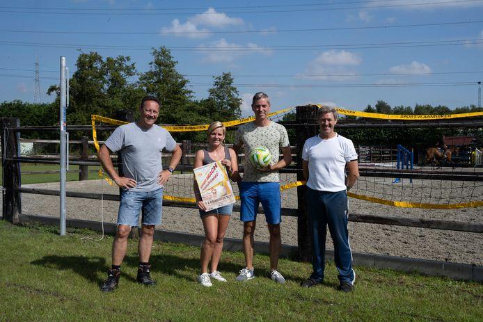 Van links naar rechts: Danny Buelens, Kim Linthout en Jan Van de Velde van Volley Niel, samen met Johnny Vervliet, die zijn terreinen ter beschikking stelt voor Summer Beach.