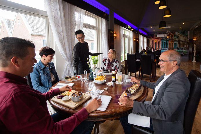 Eigenaar Chi Chen serveert een gerecht uit in Brasserie 't Appeltje in Lage Zwaluwe.
