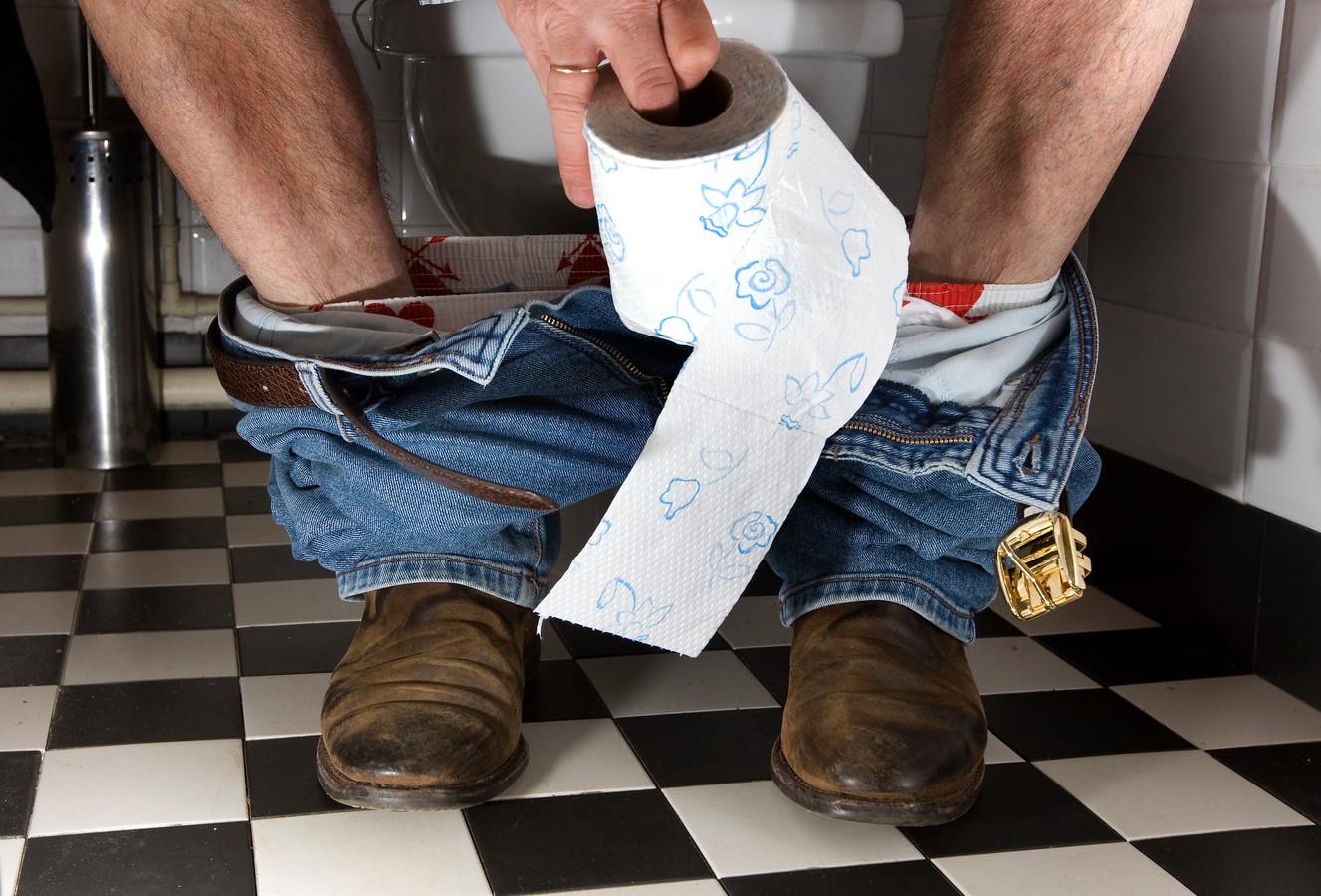 Volgens Harry weigerden agenten hem naar de wc te laten gaan.