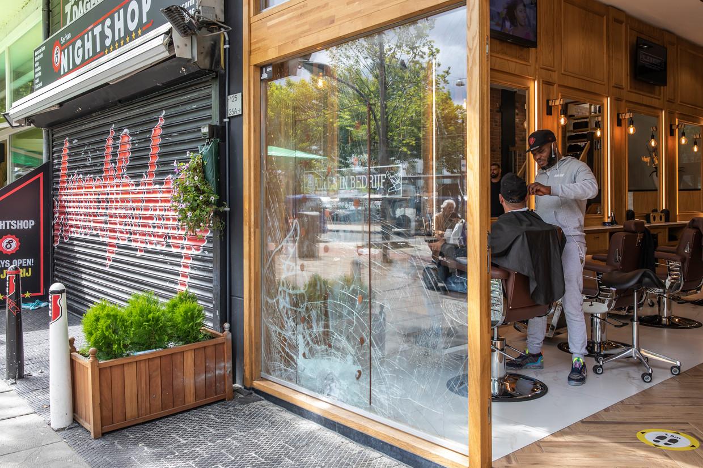 Barbershop Alles in Bedrijf aan de Slotermeerlaan in Nieuw-West was doelwit van een explosie. Beeld Dingena Mol