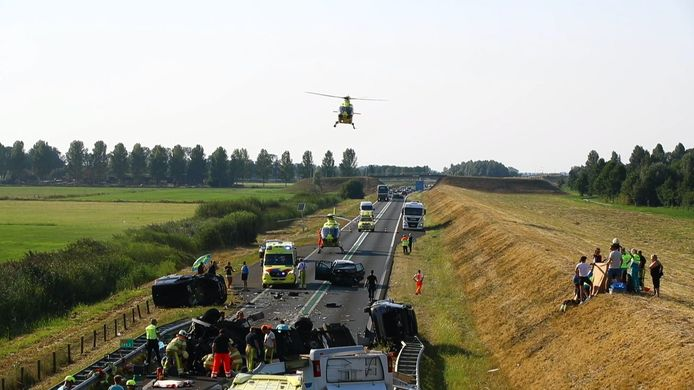 Enorme ravage bij ernstig ongeval met camper op N50 Kampen