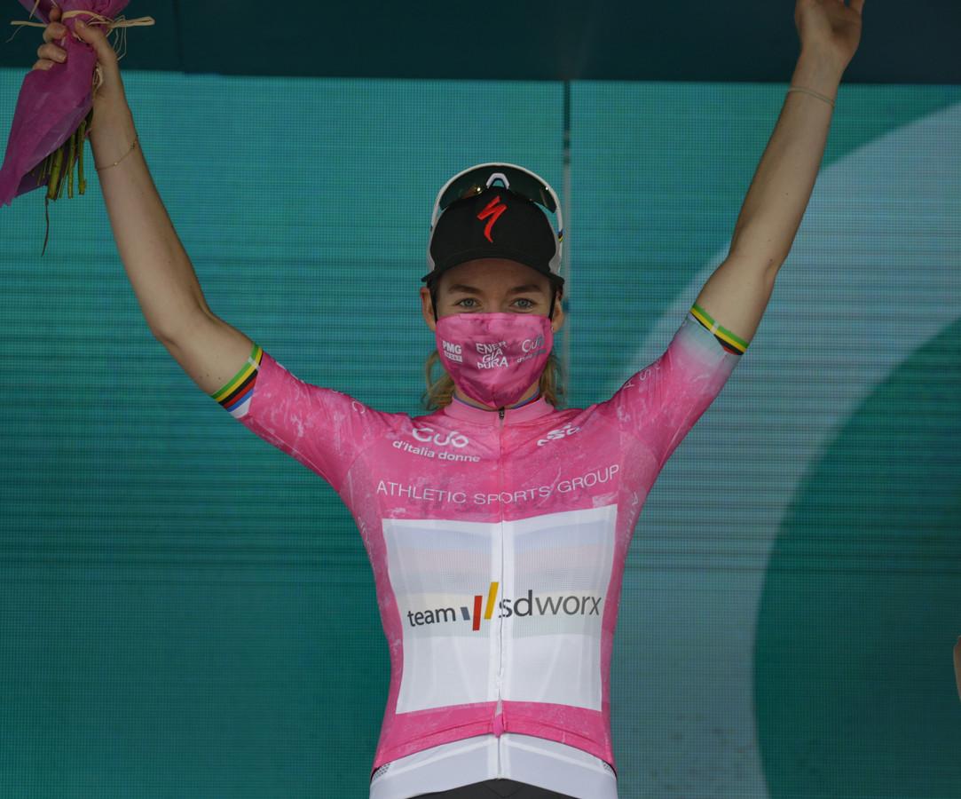 Anna Van Der Breggen heeft de roze trui te pakken.