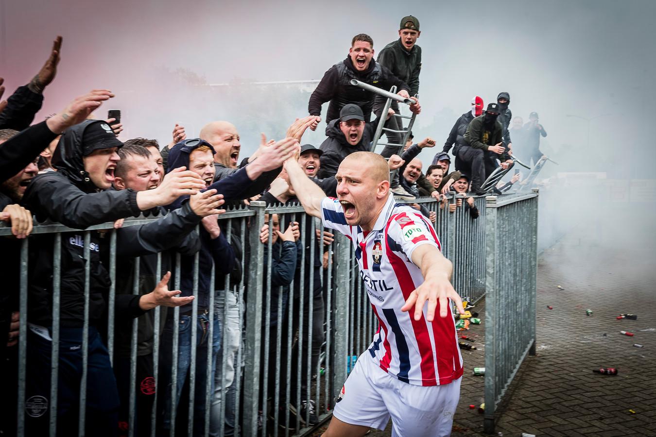 Sven van Beek viert de handhaving met de fans van Willem II.